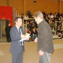 Le ministre Benoit Hamon remet son diplôme à Jean-Christophe Buiron, président du club de basket